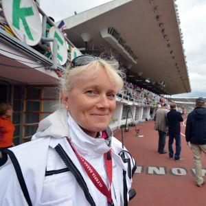 Läkaren Nina Lindfors på pass vid mållinjen.
