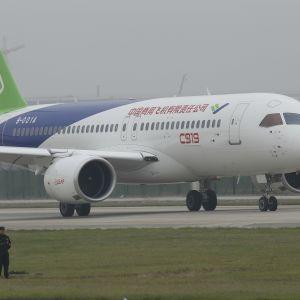 Ett flygplan på flygplatsen Shanghai Pudong.