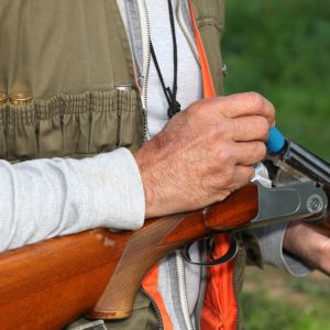 Man laddar ett gevär.