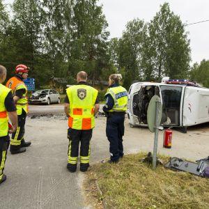 Skolbuss krockade med bil i Konnevesi.