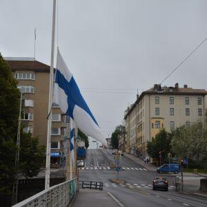 Flaggor på halvstång på Aurabron i Åbo.