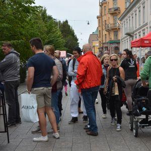 Street Food-festivalen lockade många att smaka på snabbmat längs gågatan i Vasa.