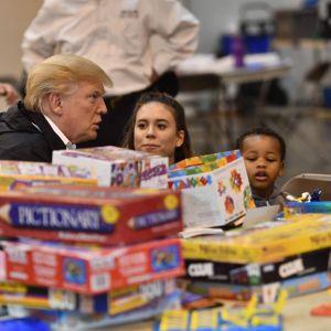 Trump besöker center för nödställda i Houston