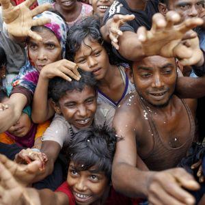 Rohingyas vid en matutdelning i ett flyktingläger nära staden Teknaf i Bangladesh den 5 september 2017.