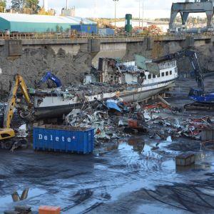 Ett fartyg skrotas i Nådendal.