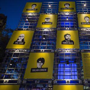 Amnesty Tyskland har satt upp en installation i Berlin, som uppmärksammar de elva åtalade människorättsaktivisterna