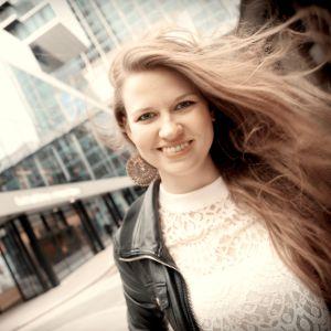 Andrea Eklund står utanför Guildhall school of Music & Drama.