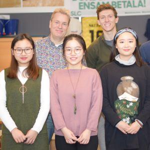 Mingwang Xiang, Xiaoping Lin, Xinyin Zhang, Quentin Hulo, Jörn Jessen-Hannula, Owolabi Saka-rasaq i ett klassrum.