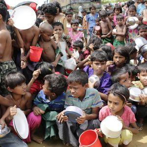 Rohingyabarn köar i ett flyktingläger för mat