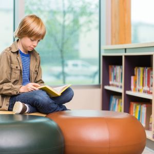 Pojke läser bok.