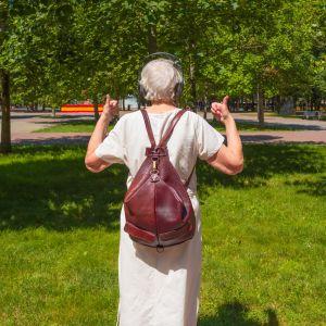 Kvinna med ryggsäck