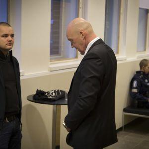 PVL:n Jesse Torniainen ja asianajaja Helsingin hovioikeudessa.