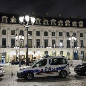 Fem beväpnade män rånade juvelaffärer i lyxhotellet Ritz-Calrton i Paris i onsdags