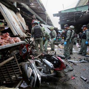 Minst tre människor dödade och ett tjugotal skadades i bombattacken mot ett torg i staden Yala