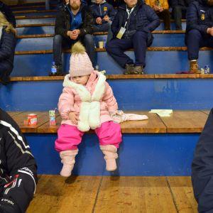 Luna är tre år gammal och med på ishockeymatch