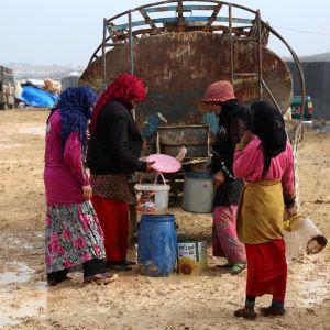 Flyktingkvinnor  avhämtar vatten i Syrien 6.1.2018.