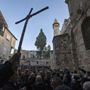 Pilgrimer och församlingsmedlemmar protesterar mot israeliska myndigheter utanför den Heliga gravens kyrka i Gamla staden i Jerusalem