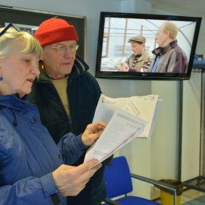 Susanne Wendell och Harry Lahti bläddrar med kritiska ögon i den aktuella fusionsenkäten.