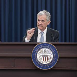 Fed-chefen Jerome Powell håller en presskonferens efter beslutet.