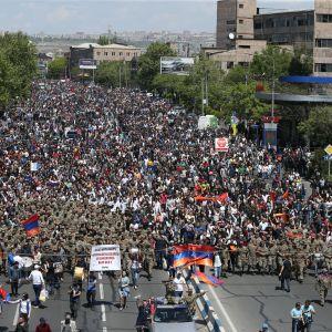 Demonstratione med soldater i spetsen kräver premiärminister Serzj Sargsians avgång.