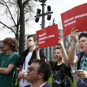 """""""Nog med inblandning i våra liv"""", """"Nog med beslut som fattas för mig"""", står det på plakaten som unga aktivister bar under demonstrationen i Moskva"""