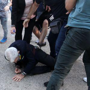 Yiannis Boutaris, borgmästare i Thessaloniki, blev sparkad och slagen efter att han fallit till marken.