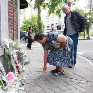 Bernadette Hennart, modern till en av de dödade poliserna lägger en krans vid platsen där de terroristiska morden begicks