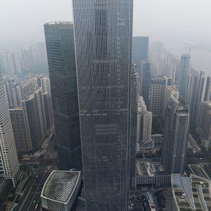 Centrala Guangzhou har ungefär fem miljoner invånare och växer på höjden. Finanscentret Chow Tai Fook är 530 meter högt.