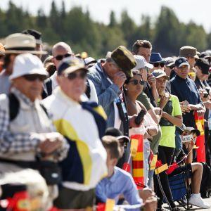 Folk följer med Flygvapnets jubileumsuppvisning i Jyväskylä.