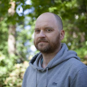 Mattis J. Skoglund ute i naturen.