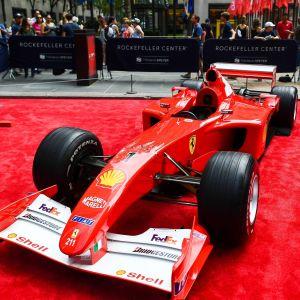 Ferraris formel 1-bil står på en röd matta