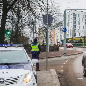 Polis övervakar trafiken vid Mechelingatan i Helsingfors.