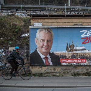 Den sittande presidenten Miloš Zeman är favorit i första omgången men förlorar andra omgången enligt opinionsmätningar