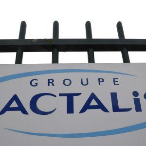 Företaget Lactalis logotyp utanför högkvarteret i Laval i västra Frankrike.
