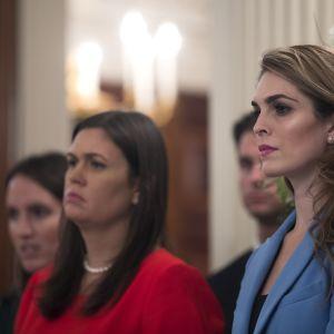 Vita husets kommunikationsschef Hope Hicks i förgrunden, pressekreteraren Sarah Huckabee Sanders i bakgrunden