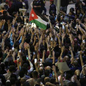 Protesterna i Jordanien är ovanligt stora och arga, men de har riktats mot regeringen och inte kung Abdullah som alltid har sista ordet i politiken