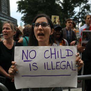 Demonstranter i New York visar sitt stöd för immigranter i samband med Världsflyktingdagen.