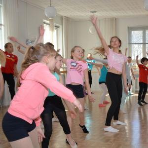 Glada dansande ungdomar vid musikinstitutet Arkipelag i Pargas.