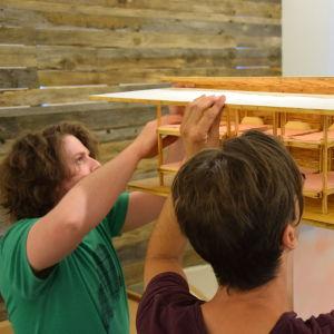 Ethan Hayes-Chute och Jonatan Habib-Engqvist bygger ihop miniatyrmodellen av Camp Solong