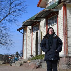 Linda Antman står framför sitt hus