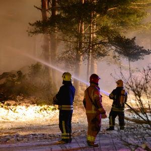 Brandmän släcker eld.