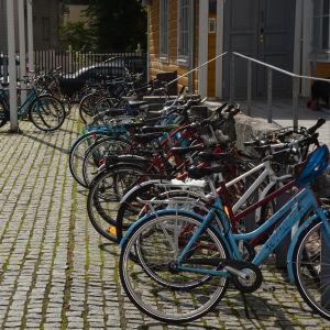 Cyklar på Arkens innergård.