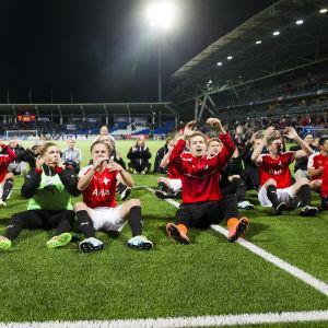 HIFK firar derbysegern inför sina supportrar.