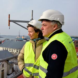 Elina Seikku och Jan-Erik Chydenius står och blickar ut över Hangö.