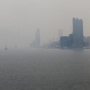 Luftföroreningar i Hongkong den 10 maj 2017. För stadsbor i Kina framstår kampen mot klimatförändringen främst som en kamp mot luftföroreningarna.