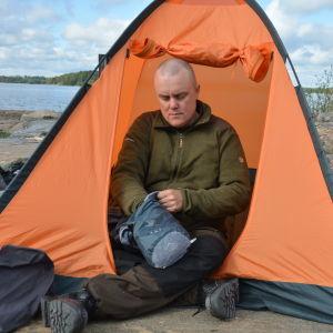 Patrik Berghäll har sat upp tältet