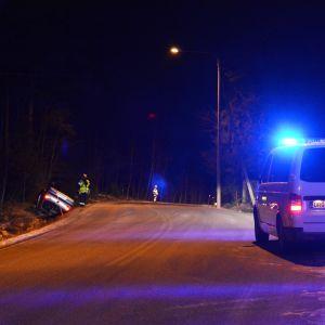 Trafikolycka på Mörskomvägen i Borgå, bil ligger på taket i diket.