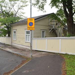 En taxistolpe utanför ett hus vid Nycandergatan i Hangö.