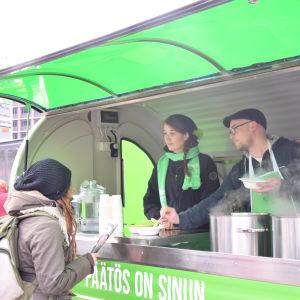 De Gröna bjöd på vegansk soppa och broschyrer.