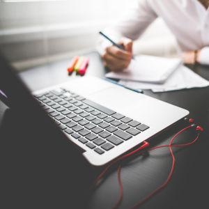 Man jobbar framför sin dator.